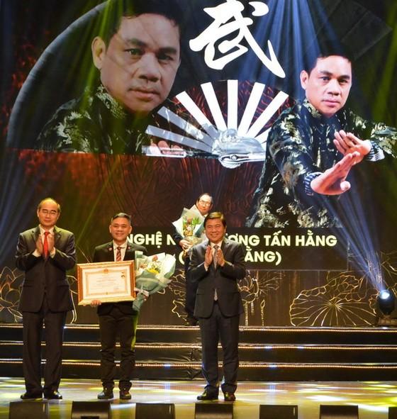 國家頒贈人民藝人、優秀藝人稱號儀式  華人畫家、龍獅藝人獲殊榮 ảnh 4