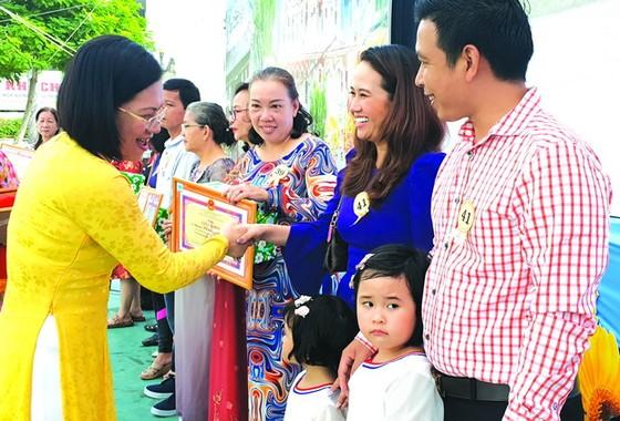 10 華人家庭獲模範家庭稱號 ảnh 1