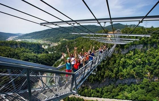 玻璃棧道懸崖吊橋?全球最不可思議的人行步道! ảnh 4