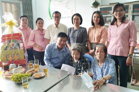 探望與贈送禮物給越、華政策家庭 ảnh 1