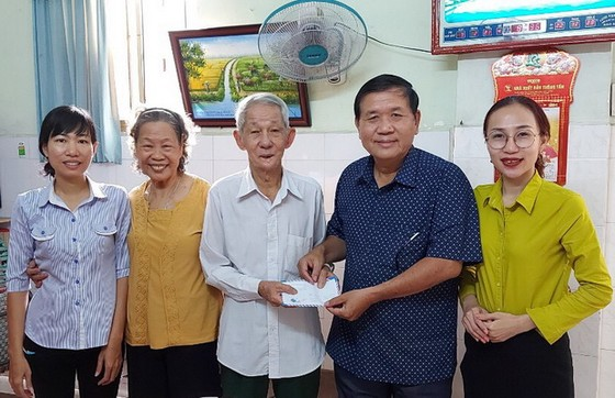 華人會館探望越南英雄母親和榮軍 ảnh 1