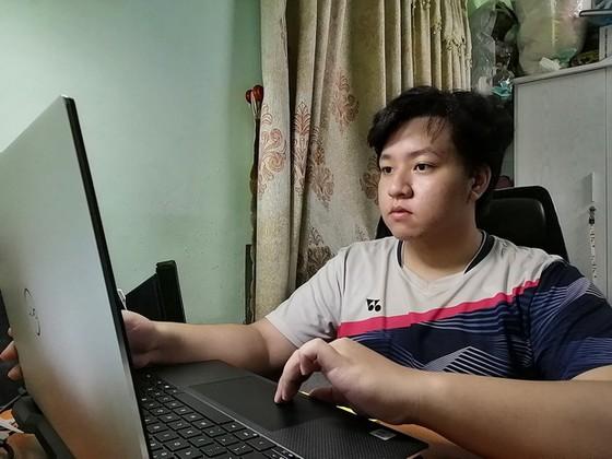 疫情期間華人學生在家自修  ảnh 1