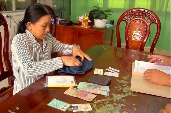 Người phụ nữ nhặt ve chai giao nộp hơn 84 triệu đồng của rơi cho công an ảnh 1