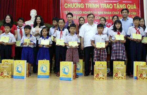 Chủ tịch Quốc hội Nguyễn Thị Kim Ngân trao quà tết cho gia đình chính sách, người nghèo ảnh 2