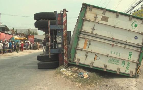 Lật thùng container đè lên xe máy khiến 3 người chết ảnh 1