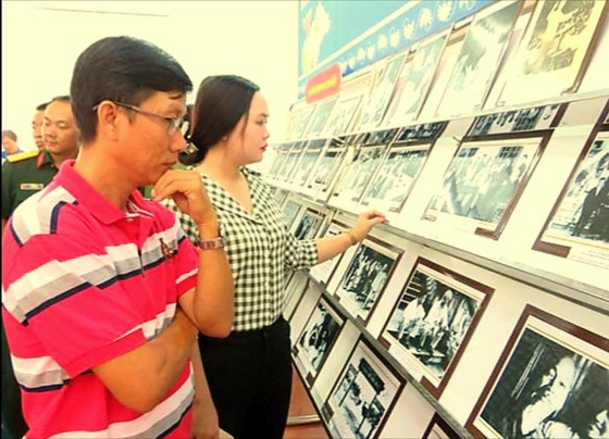 """Triển lãm sách - ảnh """"Chủ tịch Hồ Chí Minh sống mãi trong sự nghiệp của chúng ta"""" ảnh 2"""