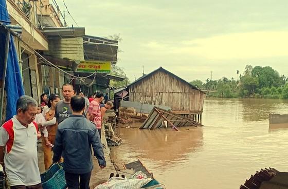 Sạt lở làm 7 căn nhà đổ sập hoàn toàn xuống sông trong đêm ảnh 2