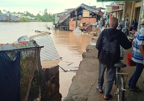 Sạt lở làm 7 căn nhà đổ sập hoàn toàn xuống sông trong đêm ảnh 1