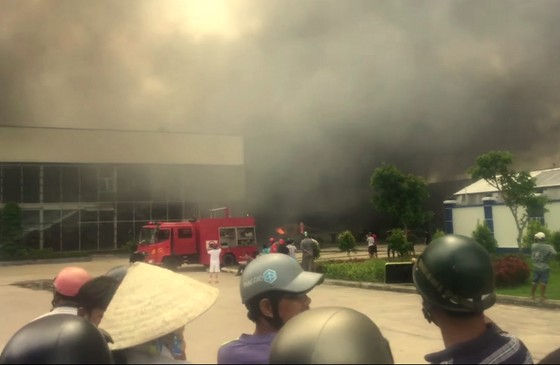 Toàn cảnh hiện trường xưởng may 10.000 m² bị thiêu rụi ảnh 6