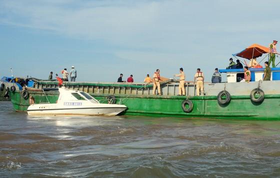 Tìm được thi thể 2 cháu bé trong vụ lật sà lan trên sông Hậu ảnh 1