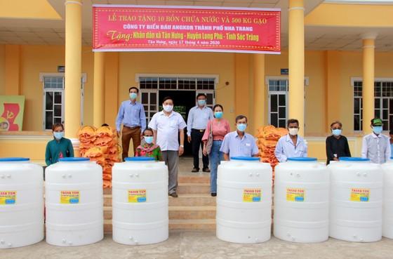 Sóc Trăng hỗ trợ gạo và bồn chứa nước cho người nghèo ảnh 1