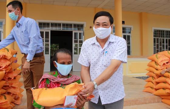 Sóc Trăng hỗ trợ gạo và bồn chứa nước cho người nghèo ảnh 3