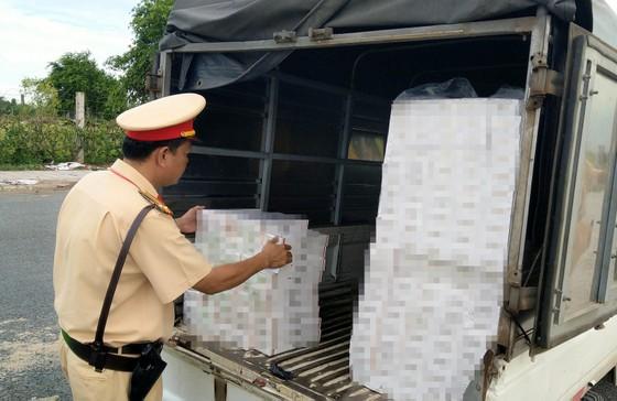 Bắt giữ 3 ô tô tải vận chuyển hơn 4.400 bao thuốc lá lậu ảnh 2