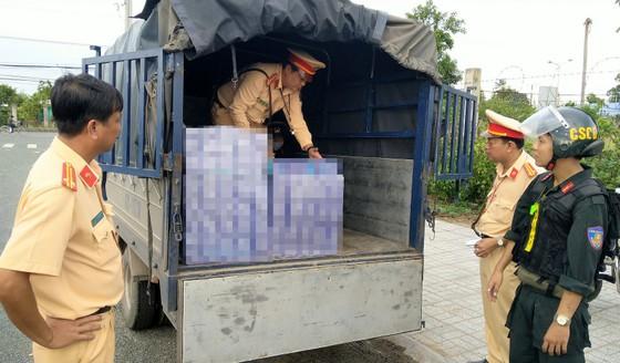 Bắt giữ 3 ô tô tải vận chuyển hơn 4.400 bao thuốc lá lậu ảnh 1