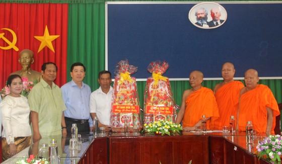 Thăm hỏi, chúc mừng lễ Sene Dolta đồng bào Khmer tại Sóc Trăng ảnh 1
