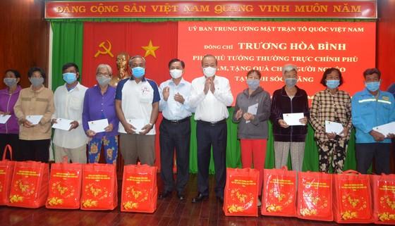 Đồng chí Trương Hòa Bình thăm, tặng quà Tết bà con nghèo tại Sóc Trăng ảnh 1