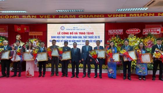Đại học Y Dược Cần Thơ đón nhận 12 danh hiệu Thầy thuốc Nhân dân và Thầy thuốc Ưu tú ảnh 2