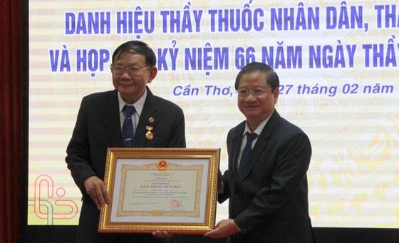 Đại học Y Dược Cần Thơ đón nhận 12 danh hiệu Thầy thuốc Nhân dân và Thầy thuốc Ưu tú ảnh 1