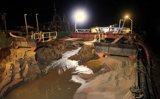 Sóc Trăng: Phát hiện sà lan khai thác hàng ngàn mét khối cát trái phép ảnh 1