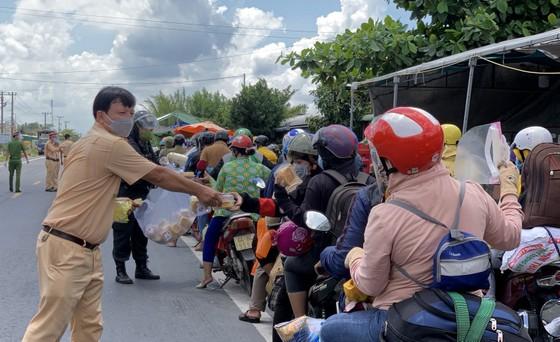Sóc Trăng tiếp nhận gần 1.000 người dân đi xe máy về quê ảnh 4