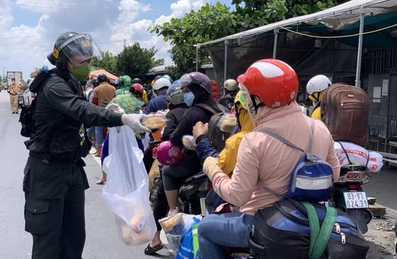 Sóc Trăng tiếp nhận gần 1.000 người dân đi xe máy về quê ảnh 3