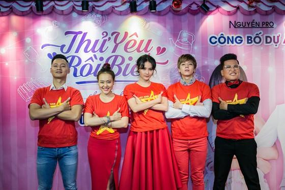 Cả đoàn phim diện sắc đỏ cổ vũ U23 Việt Nam ảnh 1