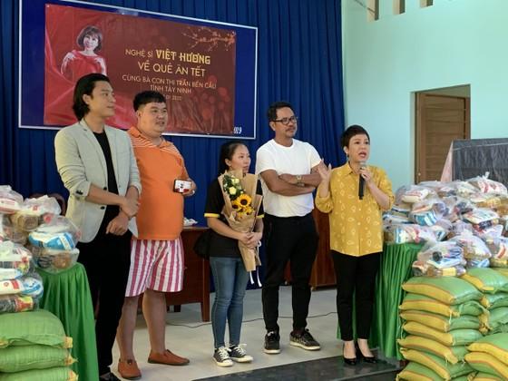 Việt Hương mang Tết sớm đến cho bà con nghèo ảnh 3