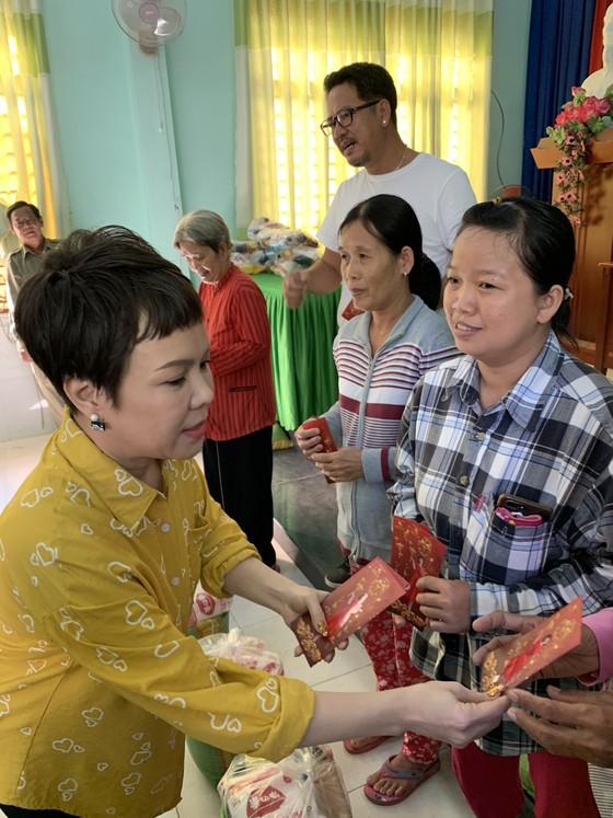 Việt Hương mang Tết sớm đến cho bà con nghèo ảnh 1
