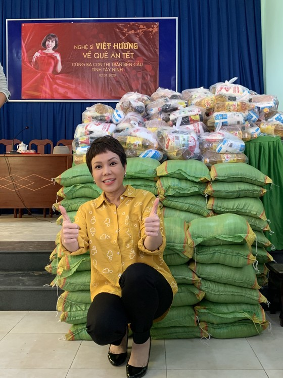 Việt Hương mang Tết sớm đến cho bà con nghèo ảnh 2