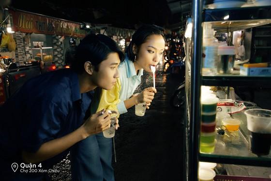 """Cặp đôi 'Sài Gòn trong cơn mưa' chụp ảnh """"check in"""" khắp thành phố ảnh 1"""