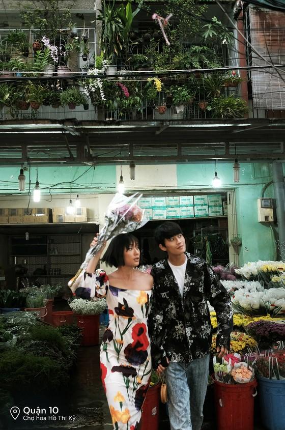 """Cặp đôi 'Sài Gòn trong cơn mưa' chụp ảnh """"check in"""" khắp thành phố ảnh 4"""