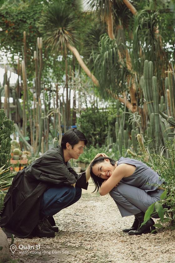 """Cặp đôi 'Sài Gòn trong cơn mưa' chụp ảnh """"check in"""" khắp thành phố ảnh 5"""