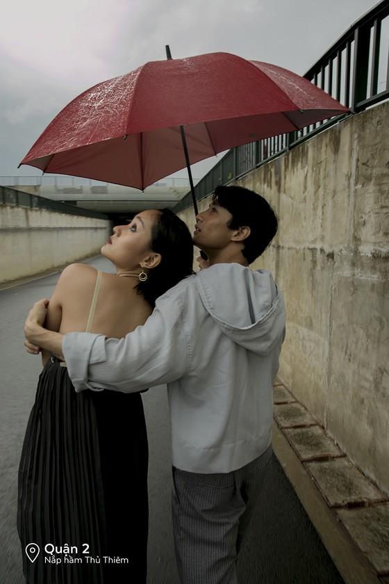 """Cặp đôi 'Sài Gòn trong cơn mưa' chụp ảnh """"check in"""" khắp thành phố ảnh 11"""