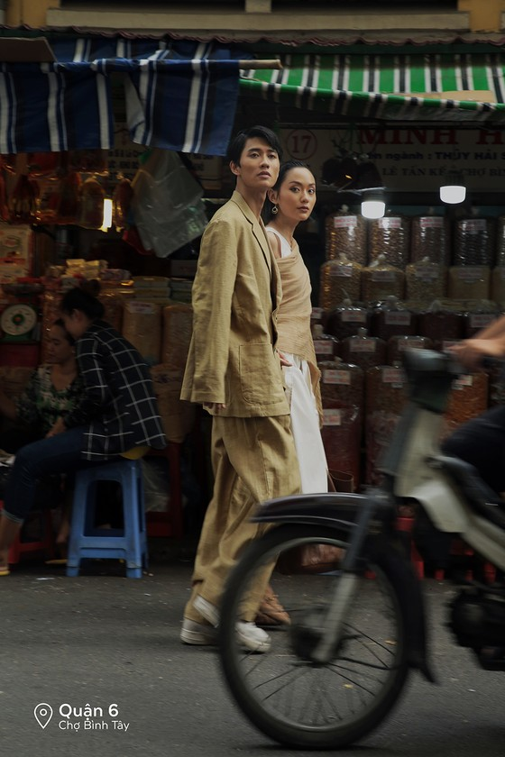"""Cặp đôi 'Sài Gòn trong cơn mưa' chụp ảnh """"check in"""" khắp thành phố ảnh 14"""