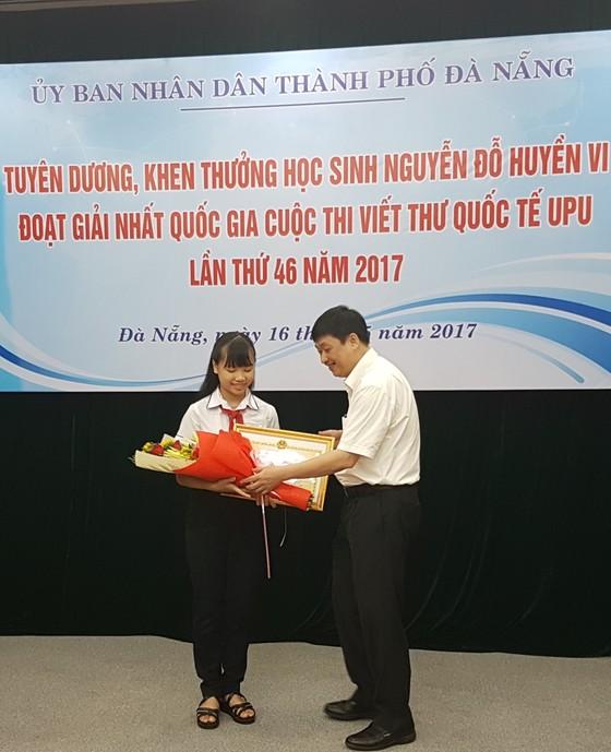 Khen thưởng học sinh lớp 8 đoạt giải nhất cuộc thi viết thư UPU ảnh 1