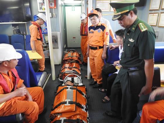 Tàu SAR 412 cứu nạn thành công 2 ngư dân gặp nạn ở Hoàng Sa  ảnh 2