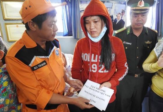 Tàu SAR 412 cứu nạn thành công 2 ngư dân gặp nạn ở Hoàng Sa  ảnh 3