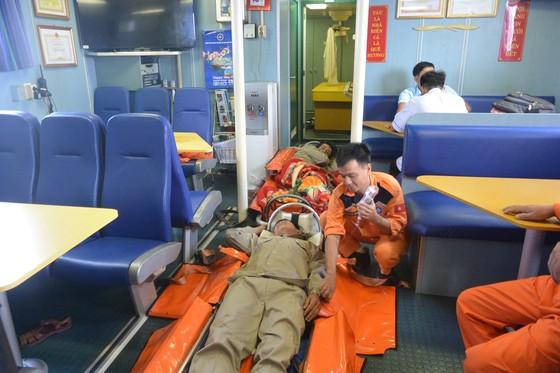 Tàu SAR 412 cứu nạn thành công 2 ngư dân gặp nạn ở Hoàng Sa  ảnh 1