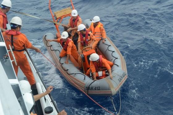 VIDEO: Vượt gió bão biển Đông cấp 12 cứu ngư dân gặp nạn  ảnh 2