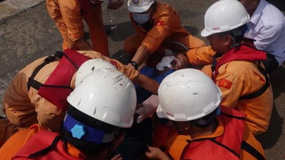 VIDEO: Tàu SAR 412 cứu ngư dân gặp nạn ở Hoàng Sa  ảnh 2