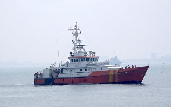 VIDEO: Tàu SAR 412 cứu ngư dân gặp nạn ở Hoàng Sa  ảnh 1