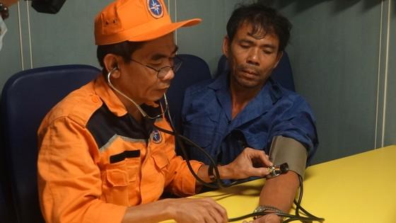 Vượt sóng dữ cứ 13 ngư dân gặp nạn trên biển  ảnh 2
