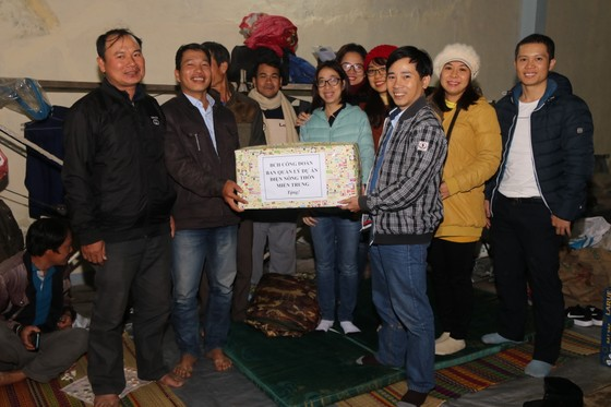 Tặng gần 200 phần quà cho học sinh tiểu học vùng sạt lở núi Nam Trà My  ảnh 4