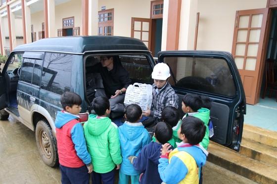Tặng gần 200 phần quà cho học sinh tiểu học vùng sạt lở núi Nam Trà My  ảnh 2