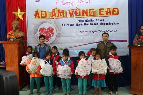 Tặng gần 200 phần quà cho học sinh tiểu học vùng sạt lở núi Nam Trà My  ảnh 1