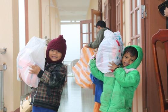 Tặng gần 200 phần quà cho học sinh tiểu học vùng sạt lở núi Nam Trà My  ảnh 3
