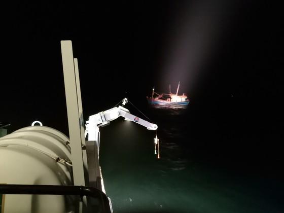Tàu SAR 412 cứu tàu cá cùng 6 ngư dân gặp nạn trên biển  ảnh 1