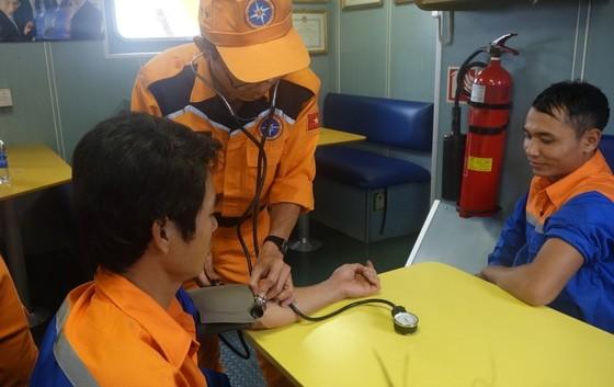 Tàu SAR 412 cứu tàu cá cùng 6 ngư dân gặp nạn trên biển  ảnh 2