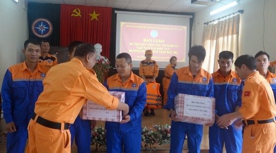 Tàu SAR 412 cứu tàu cá cùng 6 ngư dân gặp nạn trên biển  ảnh 4