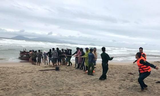 Quảng Nam cứu 2 tàu cá Đà Nẵng trôi dạt trên biển  ảnh 1
